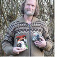Autor mit Huhn und Buch
